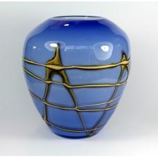 Blauwe glazen vaas met goudkleurige decoratie