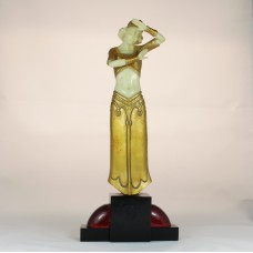 Art deco stijl beeld van R.T. Pearce van handgegoten hars