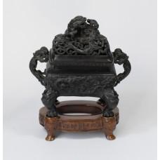 Chinese bronzen wierookpot op houten onderstel